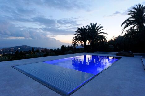La piscine design rectangulaire avec volet par L'Esprit Piscine