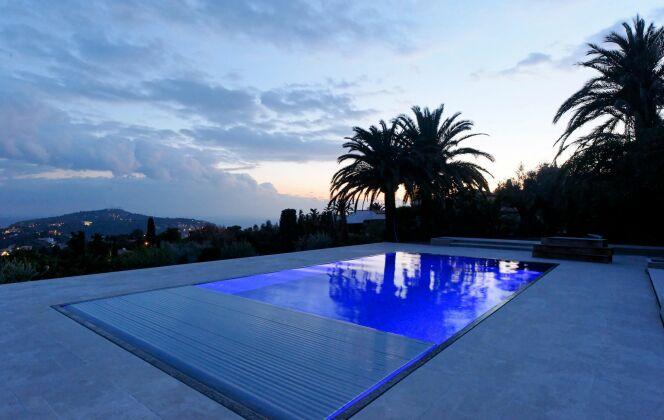 La piscine design rectangulaire avec volet par L'Esprit Piscine © L'Esprit piscine