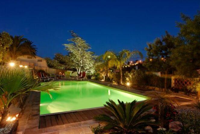 Ambiance piscine de nuit avec un éclairage raffiné