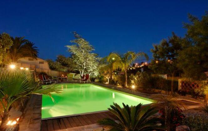Ambiance piscine de nuit avec un éclairage raffiné © L'Esprit piscine
