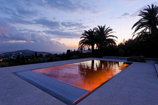 La piscine design avec volet par L'Esprit Piscine