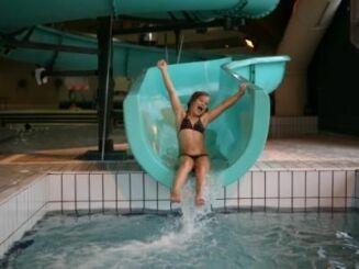 La piscine du centre aquatique à Villard de Lans possède un toboggan