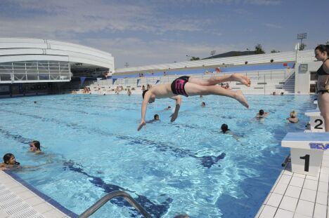 """La piscine du centre nautique d'Oyonnax (toit ouvert)<span class=""""normal italic petit"""">DR</span>"""