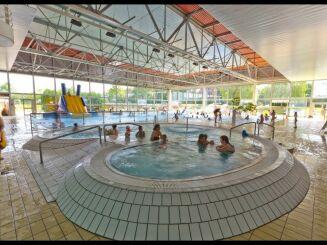 La piscine du complexe aquatique de Vittel possède un toboggan pour les enfants