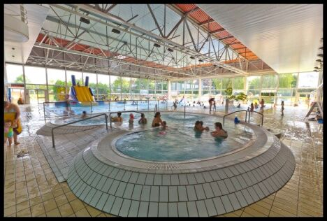 "La piscine du complexe aquatique de Vittel possède un toboggan pour les enfants<span class=""normal italic petit"">© JF HAMARD</span>"