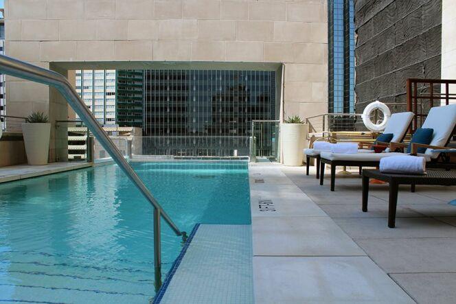 """La piscine du Joule Hotel de Dallas, suspendue à 40m du sol.<span class=""""normal italic petit"""">© travelsofadam.com</span>"""