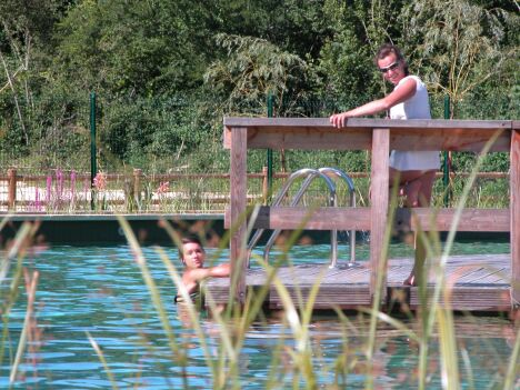 """La piscine du Parc-en-ciel à Lacapelle-Biron est une piscine biologique de plein air.<span class=""""normal italic petit"""">DR</span>"""
