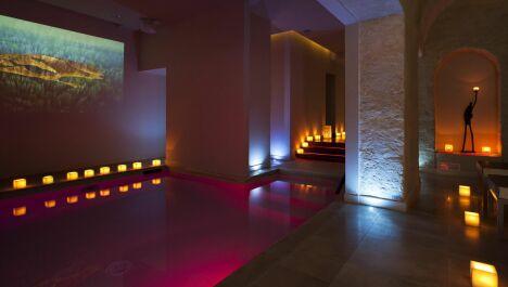 La piscine du Spa 28 dans le 6ème arrondissement de Paris change de couleur !