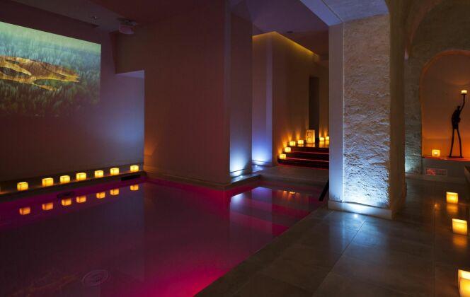 La piscine du Spa 28 dans le 6ème arrondissement de Paris change de couleur ! DR