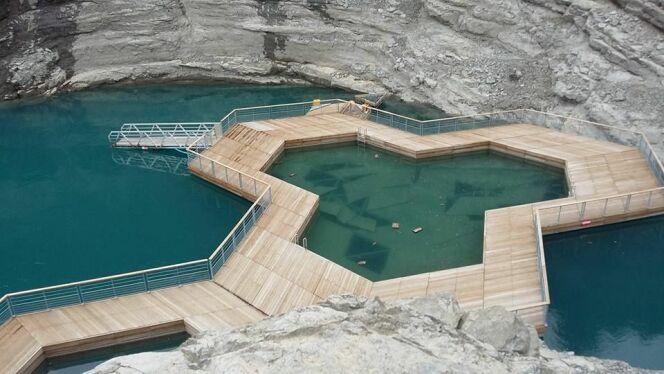 """La piscine échouée dans la baie des lionnets<span class=""""normal italic petit"""">© Catherine Saumon</span>"""