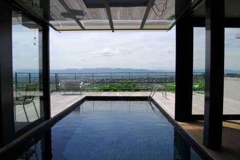 """La piscine in and out se fait mystérieuse avec un liner noir<span class=""""normal italic petit"""">© L'Esprit Piscine</span>"""