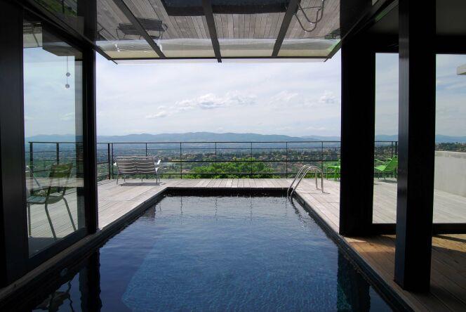 La piscine in and out se fait mystérieuse avec un liner noir