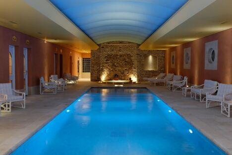 """La piscine intérieure du spa de l'Auberge de Cassagne à Le Pontet<span class=""""normal italic petit"""">DR</span>"""