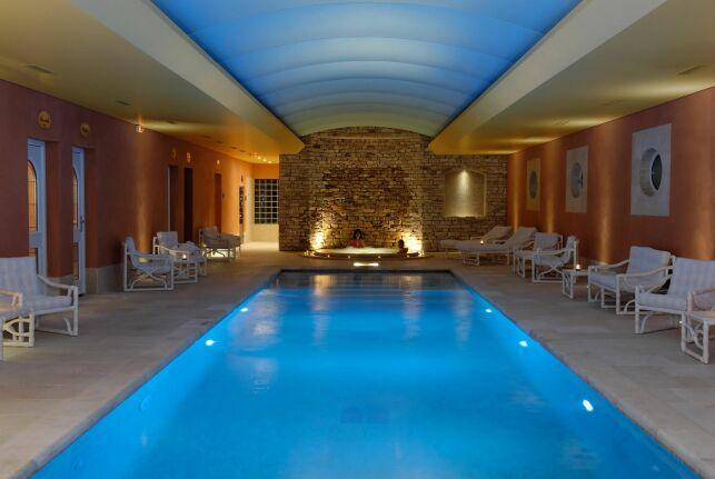 La piscine intérieure du spa de l'Auberge de Cassagne à Le Pontet