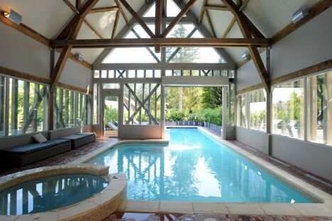 """La piscine intérieure et extérieure par Diffazur, vue de l'intérieure<span class=""""normal italic petit"""">© Diffazur</span>"""