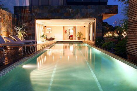 """La piscine intérieure et extérieure par Diffazur<span class=""""normal italic petit"""">© Diffazur</span>"""