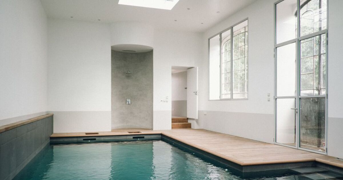 d couvrez cette piscine d int rieur dans une ancienne orangerie. Black Bedroom Furniture Sets. Home Design Ideas