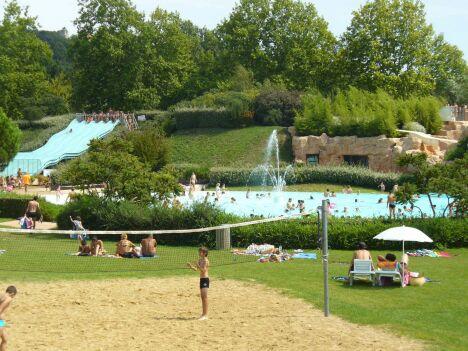 """La piscine les Cascades à Trevoux<span class=""""normal italic petit"""">DR</span>"""