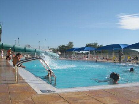 """La piscine municipale de Mejannes le Clap est ouverte tout au long de l'été.<span class=""""normal italic petit"""">DR</span>"""