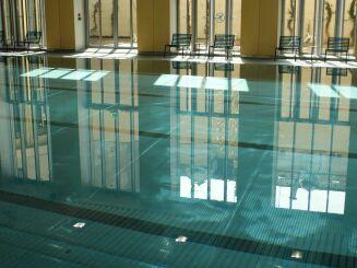 La piscine Nakache à Paris (20e) propose des cours de natation.