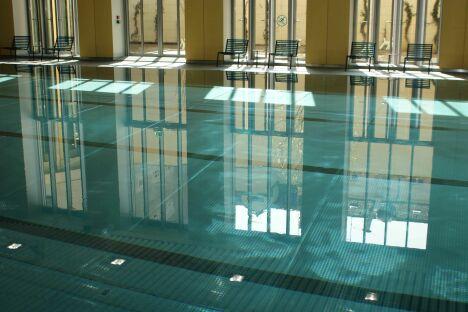 """La piscine Nakache à Paris (20e) propose des cours de natation.<span class=""""normal italic petit"""">© Janos Kaldi/Mairie du 20e</span>"""