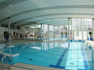 La piscine Nayéo à Nay possède un toboggan intérieur