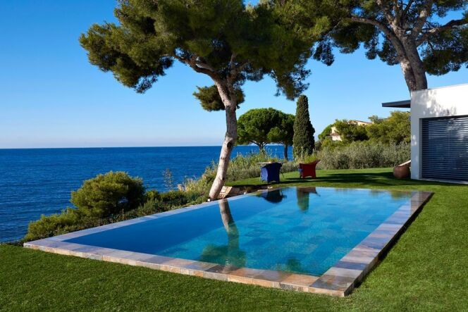 """La piscine """"Nuances de Bleu"""" par Carré Bleu, élue favorite des internautes.<span class=""""normal italic petit"""">© Carré Bleu</span>"""