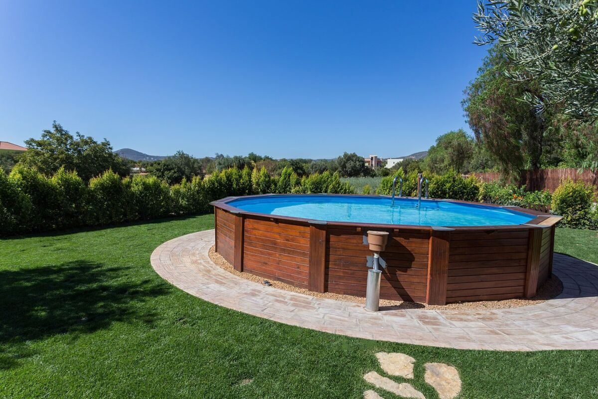 La piscine ovale hors sol : un format original - Guide-Piscine.fr