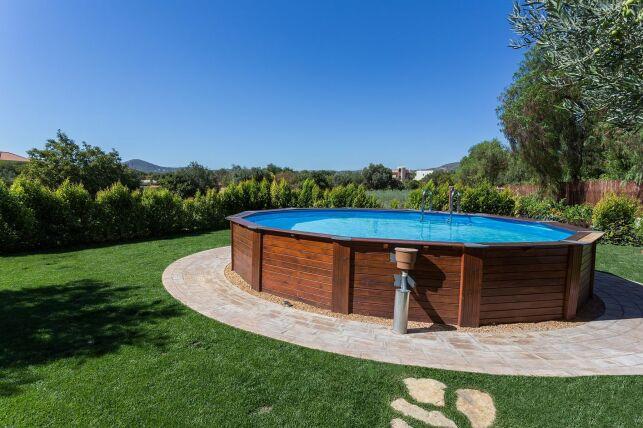 La piscine ovale hors-sol est une installation économique pour votre jardin.