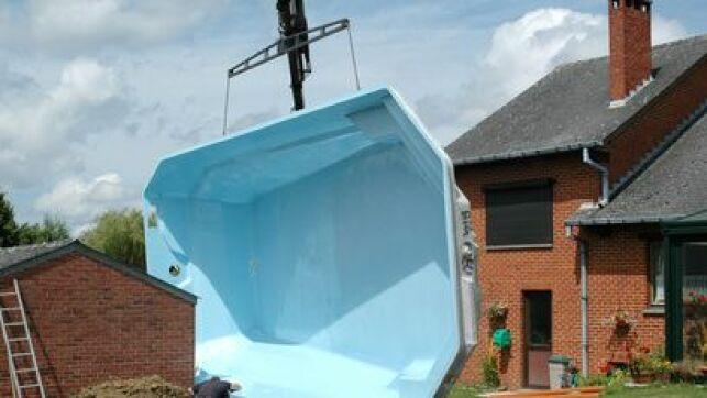 La piscine polyester est une piscine coque réalisée dans cette matière.