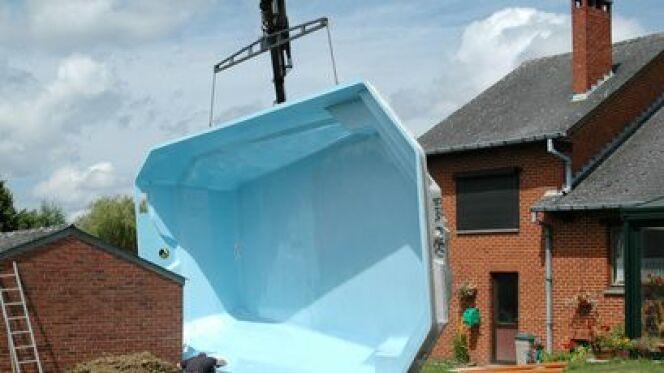 """La piscine polyester est une piscine coque réalisée dans cette matière.<span class=""""normal italic petit"""">© Melisback - Fotolia.com</span>"""