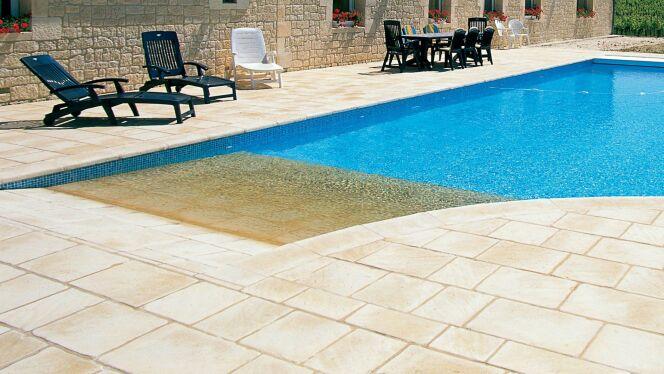"""La plage de piscine pour un accès en douceur à la piscine<span class=""""normal italic petit"""">© L'esprit piscine</span>"""