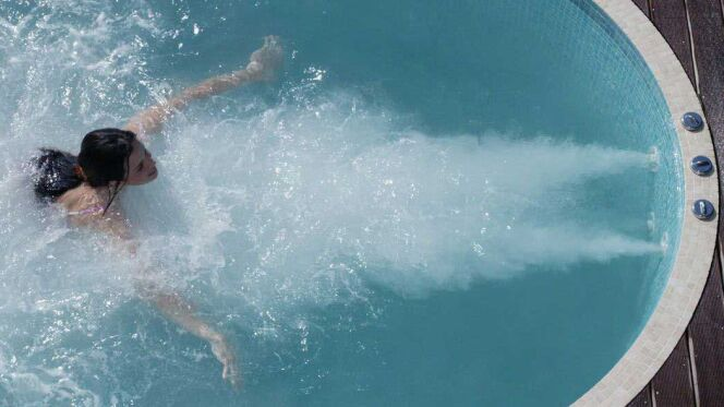 La pompe de nage à contre-courant est l'élément de base indispensable du spa de nage.