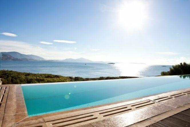 """La pompe de piscine à énergie solaire : économiser pour filtrer<span class=""""normal italic petit"""">© Yoeml - Thinkstock</span>"""
