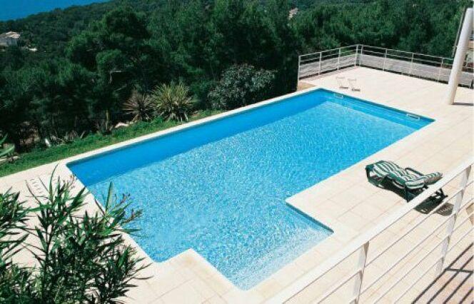 "La pose d'un liner de piscine <span class=""normal italic petit"">© Piscines Magiline</span>"