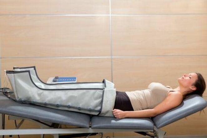 """La pressothérapie, pour lutter contre la cellulite et les jambes lourdes.<span class=""""normal italic petit"""">© lunamarina - Fotolia.com</span>"""
