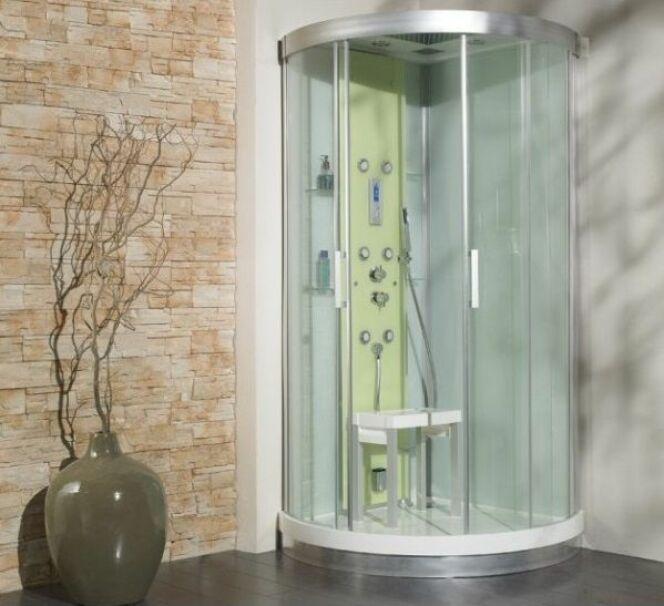"""Une douche balnéo s'installe assez facilement à la place d'une douche traditionnelle.<span class=""""normal italic petit"""">© cabine-de-douche-kinedo-kineform-r-version-hydro-brumisantehammam</span>"""