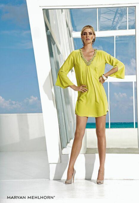 """La tunique de plage jaune à manches longues brodée de perles par Maryan Mehlhorn (été 2013)<span class=""""normal italic petit"""">© Maryan Mehlhorn</span>"""