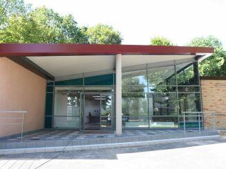 La façade de la piscine d'Emerainville