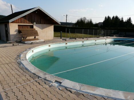 La piscine d'été de Levier est équipée d'un grand bassin de natation.