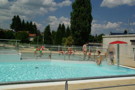 """La piscine de Craponne sur Arzon est ouverte tout l'été et possède un champignon arroseur.<span class=""""normal italic petit"""">DR</span>"""