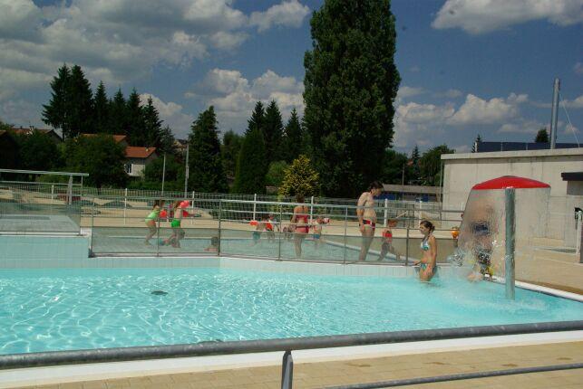 La piscine de Craponne sur Arzon est ouverte tout l'été et possède un champignon arroseur.