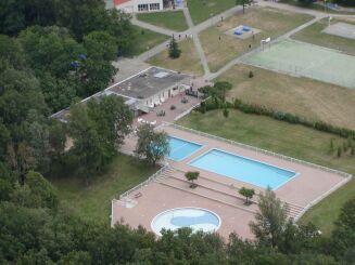 La piscine de Montaigut sur Save se situe à proximité d'un court de tennis