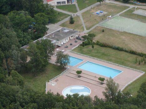 """La piscine de Montaigut sur Save se situe à proximité d'un court de tennis<span class=""""normal italic petit"""">DR</span>"""