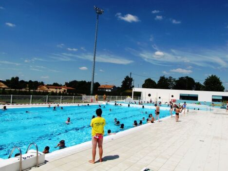 """La piscine de Neuville de Poitou et son bassin de 25m<span class=""""normal italic petit"""">DR</span>"""