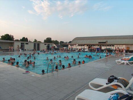 """La piscine de Pré-en-Pail propose un solarium avec des transats.<span class=""""normal italic petit"""">DR</span>"""