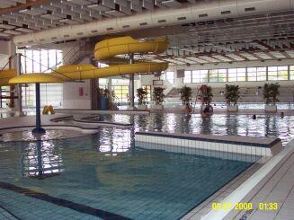 La piscine de Redon possède un toboggan aquatique.