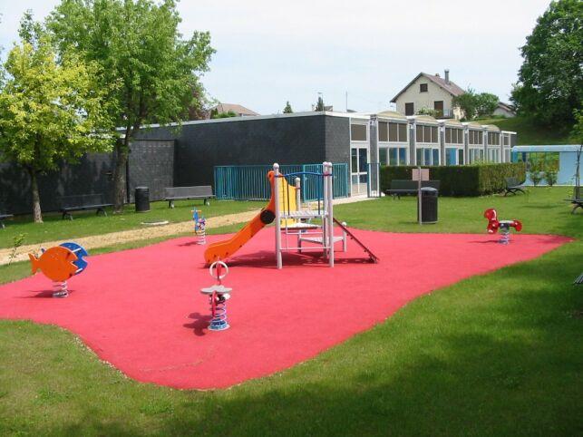 La piscine de Saint Mihiel propose une aire de jeux pour les enfants