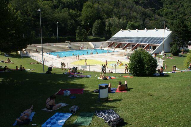 La piscine découverte et son solarium à Saint Jean de Maurienne