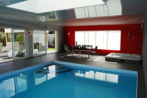 """La piscine design intérieure fait partie du salon<span class=""""normal italic petit"""">© L'Esprit Piscine</span>"""